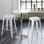 เก้าอี้สตูลเหล็กสูง สีขาว วางคู่โต๊ะบาร์ เหมาะสำหรับแต่งร้านกาแฟ คาเฟ่