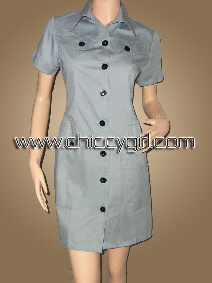เสื้อคลุมตัวยาวแขนสั้นมีปกกระดุมหน้าสีเทา แต่งกระเป๋าที่หน้าอก มีกระเป๋าใหญ่ลึก 2 ข้าง ผ้าเกรดเอ