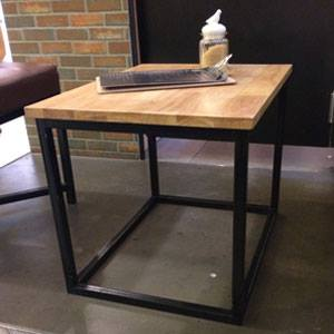 โต๊ะกลางหน้าท๊อปไม้จริง ขาเหล็กสีดำ นั่งคู่กับโซฟา สำหรับตกแต่งร้านกาแฟ ร้านเบเกอรี่