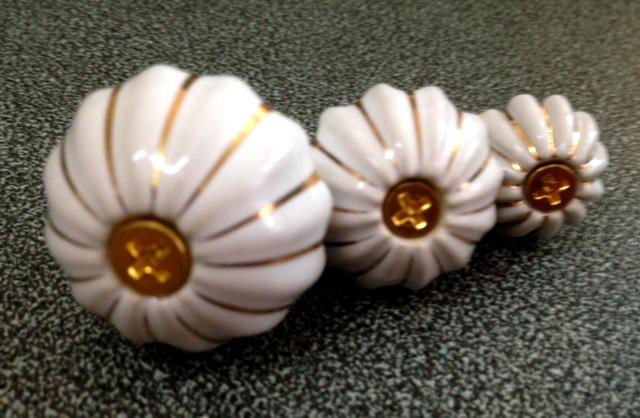 มือจับ ปุ่มแขวน เม็ดมะยมนูน มีเส้นทอง มี 3 ขนาด 2.5-4 ซม.