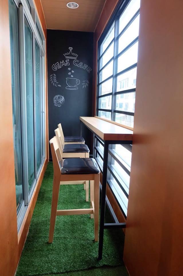 โต๊ะบาร์ร้านกาแฟ เสริมขอบหนาพร้อมที่กั้นด้านหน้า (สั่งทำตามขนาด)