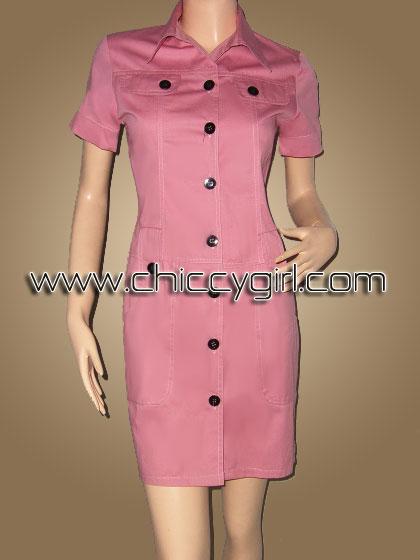 เสื้อคลุมตัวยาวแขนสั้นมีปกกระดุมหน้าสีชมพูลูกพีช แต่งกระเป๋าที่หน้าอก มีกระเป๋าใหญ่ลึก 2 ข้าง ผ้าเกรดเอ