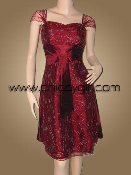 ชุดราตรีผ้าไหมสีแดงเลือดนกแบบมีแขนหุ้มผ้าโปร่งบางปักไหมแดงพันดิ้นเงินลายวิจิตรปราณีต หรูมาก
