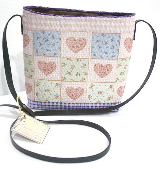 กระเป๋าสะพายกระจูดทรงเหลี่ยมสูง ลายหัวใจ Patchwork ชมพูหวาน