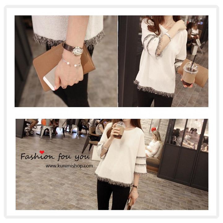 เสื้อแขนสามส่วน สีขาว คอกลม ช่วงปลายแขนตบแต่งด้วยภู่ด้ายสีขาวดำ 3 ชั้น ชายเสื้อก็ประดับด้วยภู่ด้วยเช่นกัน เสื้อทรงสวย ใส่เข้าได้ทั้งกางเกง และกระโปรง ใส่ได้ทุกโอกาส สินค้าเหมือนแบบ 100 % Size M : รอบอก 96 CM แขนยาว 54 cm ชุดยาว 62 cm เนื้อผ้า : โพลีเอสเตอร์