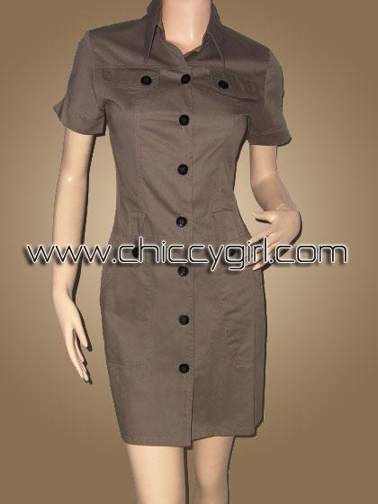 เสื้อคลุมตัวยาวแขนสั้นมีปกกระดุมหน้าสีกากี แต่งกระเป๋าที่หน้าอก มีกระเป๋าใหญ่ลึก 2 ข้าง ผ้าเกรดเอ