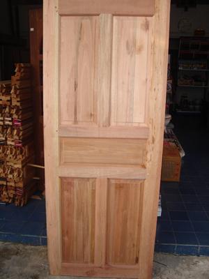ประตูไม้เนื้อแข็ง