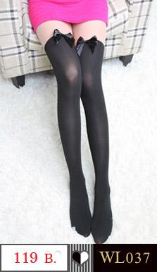 ถุงน่องแบบเต็มตัวน่ารัก สีทูโทน เนื้อและดำ ประดับด้วยโบว์สีดำ ด้านบนเป็นสีเนื้อ ด้านล่างเป็นสีดำ เก๋มากคะ ขนาด FREE SIZE