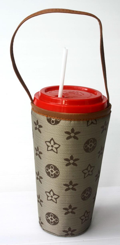 แก้วเก็บความเย็น สะดวกสบายด้วยหูหิ้ว ลาย Louis Vittion ลาย Monogram ผ้าสีอ่อน เก็บความเย็นได้กว่า 5 ชั่วโมง