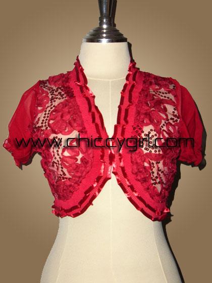 เสื้อคลุมชุดราตรีตัวสั้นสีแดงแขนตุ๊กตาแต่งขอบระบายอัดพลีทติดริบบิ้นปักเลื่อมปักผ้าขดรูปดอกไม้สวยหรู