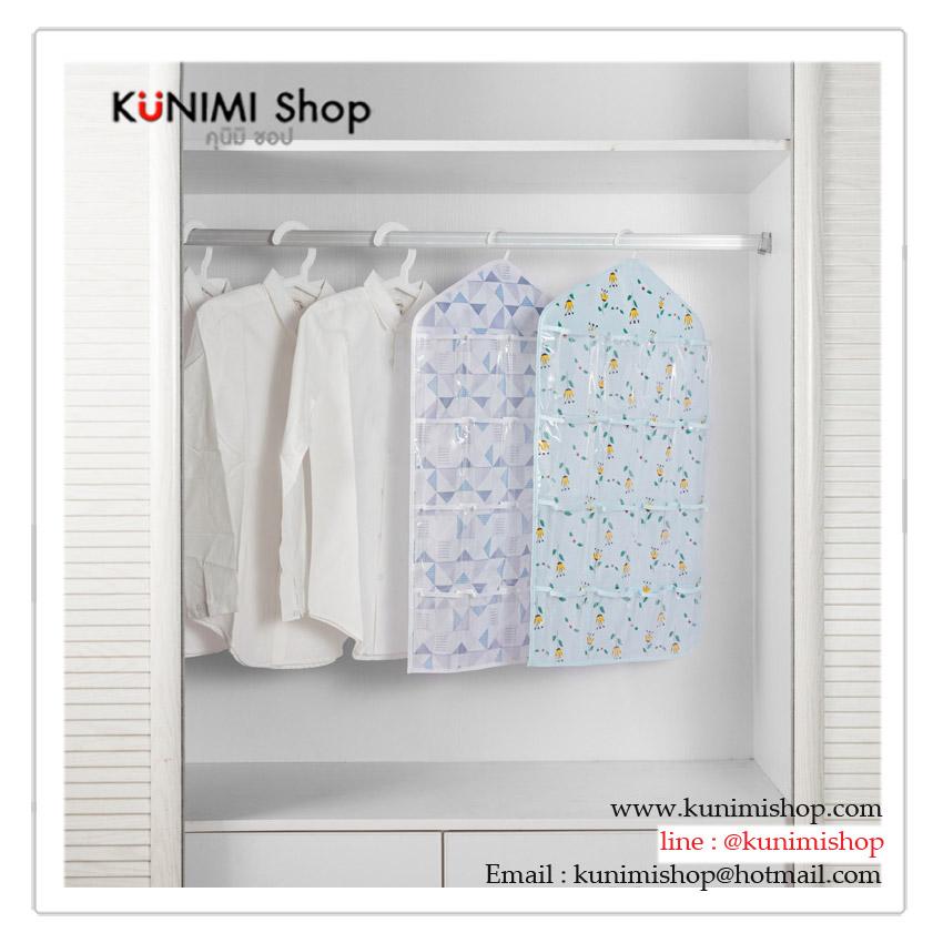 กระเป๋าเนื้อพลาสติกพิมพ์ลาย มีที่สอดไม้แขวนเสื้อ สามารถนำไปแขวนในที่ต่างๆได้ มีช่องใส่ของมากมาย จะแขวนในห้องนอน ตู้เสื้อผ้า ห้องทำงาน ห้องนั่งเล่น หรือห้องน้ำนอน ก็สวยเข้ากับทุกห้องคะ วัสดุ : พลาสติก