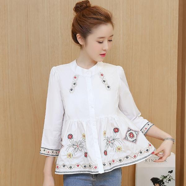เสื้อเชิ้ตคอกลมกระดุมหน้าแขนห้าส่วนสีขาว ปักลวดลายกราฟฟิคดอกไม้ มี 2 สีคือ ขาวและกลมท่าค่ะ