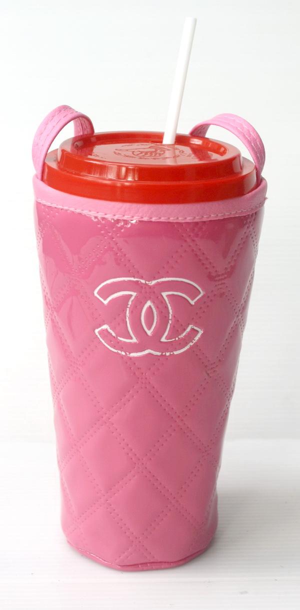 แก้วเก็บความเย็น สะดวกสบายด้วยหูหิ้ว ลาย Chanel บนพื้นชมพู เก็บความเย็นได้กว่า 5 ชั่วโมง