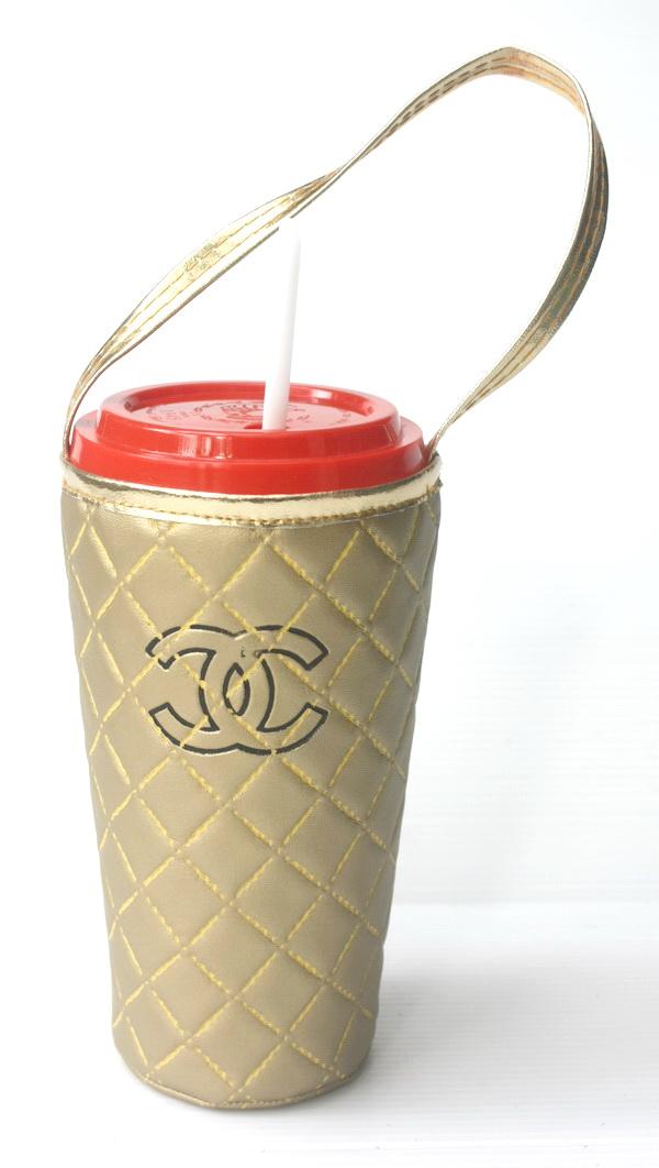 แก้วเก็บความเย็น สะดวกสบายด้วยหูหิ้ว ลาย Chanel บนพื้นทอง เก็บความเย็นได้กว่า 5 ชั่วโมง