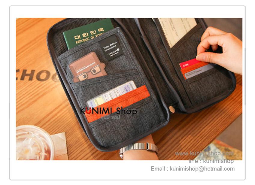 กระเป๋าใส่พาสปอร์ต กระเป๋าถือใส่เงิน นามบัตร บัตรATM มือถือ เอกสารต่างๆ หรือใส่ของจุกจิก มีซิปเปิดปิด พร้อมสายคล้อง สามารถใส่เข้าและถอดออกได้ ด้านใน มีช่องให้ใส่บัตรและเอกสารมากมา และมีช่องซิบไว้ใส่ของสำคัญ มีช่องเสียบปากกา ผ้าสวย งานคุณภาพคะ ขนาดกระทัดรัด ง่ายต่อการพกพา ขนาด : 25 x 15 cm.