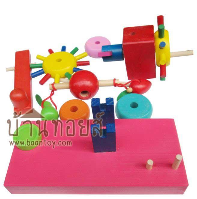 ของเล่นไม้ สวมหลัก เฟืองไม้หมุน สีสดใส เล่นโดยประกอบชิ้นส่วนต่างๆเข้าด้วยกัน ชิ้นส่วนสามารถถอดออกประกอบใหม่ได้ เมื่อหมุนเฟืองตัวแรก จะทำให้เฟืองและ ห่วงสวมหลักก็จะหมุนตามไปด้วย เมือเฟืองกระทบกับไม้ตอกจะทำให้ไม้ตอกโยกทุบมีเสียงทุบดัง เล่นสนุก เสริมพัฒนาการ ฝึกการประกอบต่อชิ้นส่วน กลไกเฟือง ฝึกการสังเกต เรียนรู้เรื่องสี พัฒนากล้ามเนื้อมือ และฝึกสายตา ฝึกสมาธิ