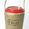 แก้วเก็บความเย็น สะดวกสบายด้วยหูหิ้ว ลาย Dior บนพื้นทอง เก็บความเย็นได้กว่า 5 ชั่วโมง