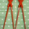 ตะเกียบ 2 ข้าง ยึดติดกันด้วยตุ๊กตาซิลิโคน สีแดง 1ชุด มี 2 คู๋ค่ะ