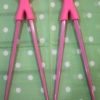 ตะเกียบ 2 ข้าง ยึดติดกันด้วยตุ๊กตาซิลิโคน สีชมพูนมเย็น 1ชุด มี 2 คู๋ค่ะ