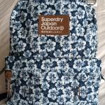 Superdry - True Montana Backpack - ลายดอกไม้สีน้ำเงินขาว ซิปสีน้ำเงิน