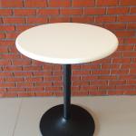โต๊ะกลมไม้จริงสีขาว ขาแชมเปญสีดำ สำหรับร้านอาหาร ร้านกาแฟ