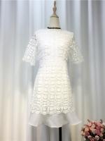 เดรสกระโปรงลูกไม้สีขาวซับในทั้งตัวชายกระโปรงแต่งด้วยผ้าชีฟองสีขาว สวยหรูหราดูแพงค่ะ