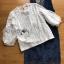 พร้อมส่ง เสื้อลูกไม้สีชาวทับด้วยเดรสเดนิมพิมพ์ลายดอกไม้ thumbnail 10