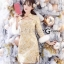 เดรสเกาหลี พร้อมส่ง เดรสเป็นผ้าพื้นสีขาวครีมปั้มลายสีทอง thumbnail 1