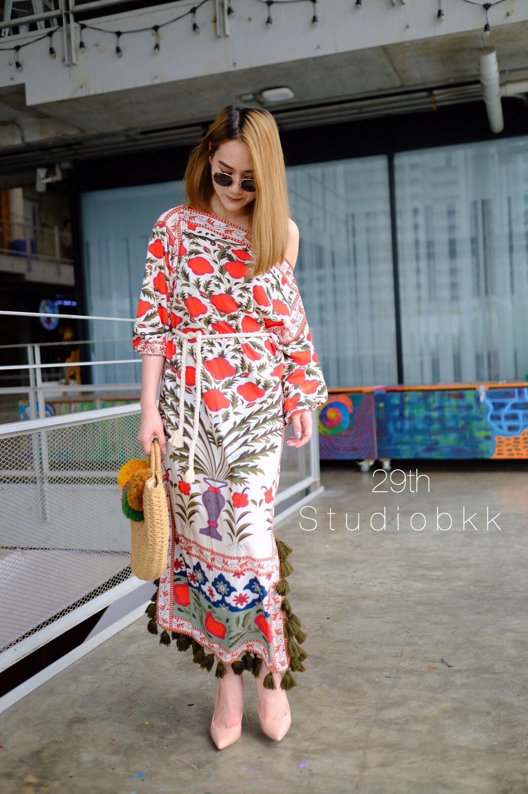 เดรสเกาหลี พร้อมส่ง Maxi dress ทรงปาดไหล่ ลายวินเทจ