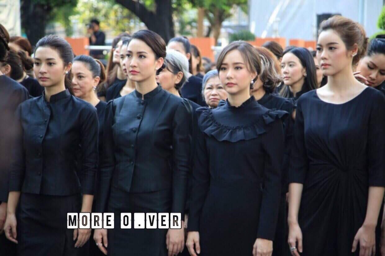 เสื้อผ้าเกาหลี พร้อมส่ง เสื้อสีดำ กับ กระโปรงยาว