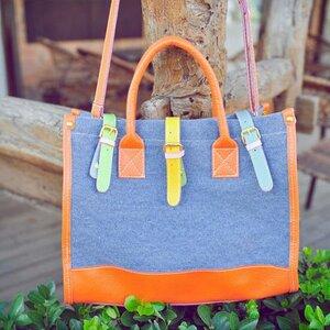 กระเป๋าผ้ายีนส์ตกแต่งหนังสีส้ม ปิดด้วยเข็มขัดหลากสี